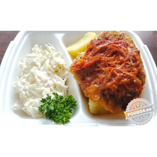 Белая рыба с луком и морковью в томатном соусе